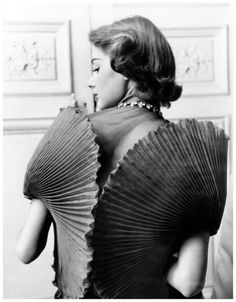 jacqueline-marsel-in-a-dress-by-elsa-schiaparelli-photo-by-regina-relang-1951