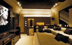 Arquitetos Adriano Stancati e Daniele Guardini. Atrás da parede de gesso, lâmpadas fluorescentes T5 (36W cor 830) dimerizaddas. Nichos e degraus com fita de led (2W) cor âmbar e luz geral com spots embutidos no teto equipados com minidicroicas (25W) com ângulo de 32 graus.