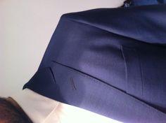 detalle de la solapa en pico para el traje de novio de Gerson Arregui
