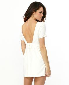 Короткое #платье с вырезом на спине из коллекции #Suncoo. Белый цвет уместен везде, особенно летом. Отдых на море, большие и маленькие путешествия, романтические свидания, и в сочетании с легким жакетом даже деловые переговоры - это платье справится с любым дресс-кодом.