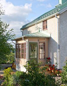 Att anlägga en mormorsrabatt - Blommor & Trädgård - UnderbaraClara Brook House, My House, Patio Screen Enclosure, Entrada Frontal, Glass Porch, Small Sunroom, Scandinavian Cottage, Victorian Porch, Front Porch Design