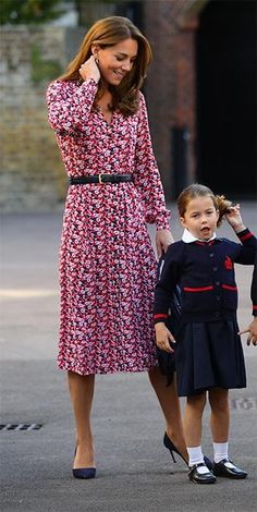 Kate Middleton and Prince William dropped Princess Charlotte off on her first day of School at Thomas's Battersea wearing a red floral dress by Michael Kors and a belt and high heels Cabelo Kate Middleton, Looks Kate Middleton, Duchess Kate, Duchess Of Cambridge, Princesse Kate Middleton, Kate Dress, Prince William And Catherine, William Kate, Red Floral Dress