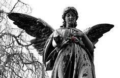 011_15325 Engelskulptur auf einem Grab des Ohlsdorfer Friedhofs; mit seinen jetzt ca. 400 ha ist er der größte Parkfriedhof der Welt.