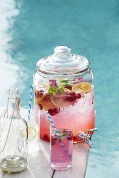 Sirop de grenadine, ou autre, avec quelques fruits pour une touche décorative. #fontaineaboisson #cocktail