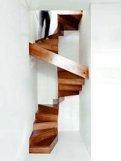 Escada estreita de madeira