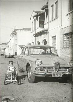 A Infância de Ayrton Senna - Ayrton dando suas pedaladas na frente da casa da família, em Santana (1963)