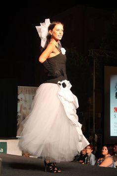 CAROLINA veste La sposa vanitosa abito modello Vera Wang gonna in tulle e raso bianco con corpetto nero e rose decorative in raso € 850 sconto 20% se acquisti alla prima prova