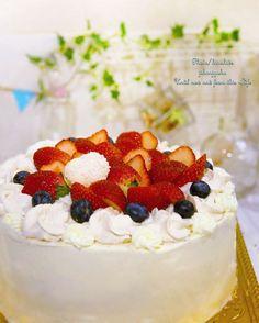*decoration* ~フルーツアレンジ~  苺のショートケーキのデコレーション♪  大きさの違うローズの花飾り絞り。 大きいローズはベリーソースでの着色 strawberry支えるシェル絞りで♪  お子様のお誕生日ケーキだったので 優しめの甘味、生クリーム・・・そして先日作った マカロンのアイシングプレート♪ 苺お好きだという事でいちごメインで作ったデコレーションケーキです。  普段デコレーション教室ではアイシングでの作業ですが やはり食べることを前提にすると、生クリーム美味しいですねっ❤ ・ ・ ・  誕生日ケーキのお話を頂いて 作らせて頂きました❤ デコレーションシンプルに優しい感じに仕上げ フルーツ盛り沢山・・・作ってて楽しかったです(*^^*) ・ ・ ・ kh.huhu * *** Sugarart ~decoration  ご注文制作、lesson日程などの問い合わせ ダイレクトメッセージからご連絡ください。  http://hidekinu48.exblog.jp  http://kinuhide408.wixsite.com/kh-huhu ・ ・ ・…