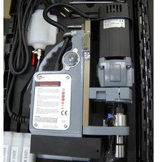 Wiertarka ze stopą magnetyczną VERTICAL 32T.  Wiertarka posiada płynną regulację prędkości obrotowej wrzeciona, co pozwala na pełną kontrolę parametrów pracy zarówno podczas wiercenia jak i gwintowania. Home Appliances, House Appliances, Appliances