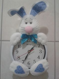 Relógio coelhinho em feltro <br>Faço em outras cores Christmas Clock, Christmas In July, Christmas Crafts, Foam Crafts, Diy And Crafts, Dream Catcher Tutorial, Rabbit Crafts, Diy Clock, Sewing Rooms