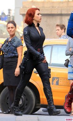 "Black Widow - Scarlett Johansson - The Avengers omg that lady in the background ""look at dat lady slay"" Black Widow Cosplay, Black Widow Costume, Scarlett Johansson, Black Widow Scarlett, Black Widow Natasha, Black Widow Marvel, Natasha Romanoff, Dwayne Johnson, Celebs"