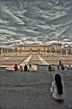 La Plaza de la Armería del Palacio Real de Madrid, desde las escalinatas de la Catedral de La Almudena