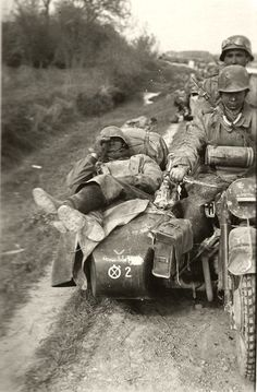 Exhausted Wehrmacht troopers travelling in convoy on a BMW and sidecar of the Infantry Company, Panzer Division, somewhere on the Eastern Front in motorbike soldier war german Ww2 History, History Photos, Military History, Ww2 Pictures, Ww2 Photos, German Soldiers Ww2, German Army, Side Car, German Uniforms