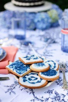 Himmlisches Hochzeitspicknick im sattgrünen Gartensetting Ian Odendaal Photography http://www.hochzeitswahn.de/hochzeitstrends/himmlisches-hochzeitspicknick-im-sattgruenen-gartensetting/ #shooting #inspiration #blue