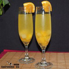 Sangría de cava: 1 botella de cava brut nature, ½ litro de refresco de naranja, Cointreau (cantidad al gusto, hemos puesto la cantidad suficiente para cubrir la fruta), fruta natural o en almíbar (al gusto) principalmente naranja, melocotón y piña, pero se pueden añadir también pera, fresas, uva…, hielo (opcional), azúcar (opcional).