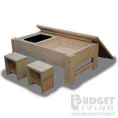 Zeer praktische steigerhouten zandbak op poten met uitneembare waterbak. Afmeting 60x110x40cm ( lxbxh) met afneembare deksel met afmeting 85x120cm ( lxb). Het gedeelte waar zand in moet is voorzien van worteldoek. Gezien de afmeting is deze zandbak ook zeer geschikt voor op een balkon.