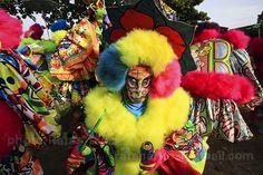 Marechal Hermes/RJ by Ratão Diniz, via Flickr Carnaval de rua, Bate bola, Clóvis, Carnaval Secreto, Brasil, Fantasias, Máscaras, Rio de Janeiro, RJ, Cultura Brasileira, Tradição, Tradicional, Brazilian Culture, Secret Carnival, Fogos, Saída da turma