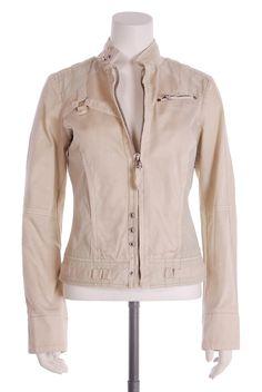 Cette veste Diesel de couleur crème, taille S, est en très bon état. Elle a quelques petits défauts (prix adapté): deux légère traces sous le bras, qui partiront certainement avec un lavage plus poussé que le nôtre (voir photo), et une pression de décoration manquante.