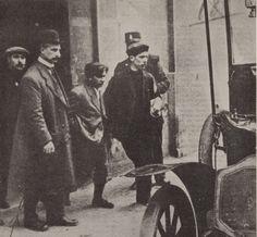 Arrestation de Raymond Callemin, dit Raymond-la-science, le 7 avril 1912, 48 rue de la Tour d'Auvergne à Paris (aujourd'hui le 42). A gauche, avec un chapeau melon, Louis Jouin, qui sera tué le 24 avril suivant par Bonnot.
