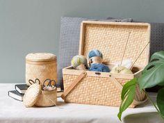 Voeg natuurlijke materialen toe aan je huis voor een knusse en warme sfeer. Hier kun je zien hoe Anna haar bamboe manden gebruikt om haar breispullen in te bewaren.