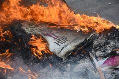 Balikesir'de bir grup dun aksam Hakkari'nin Yuksekova ilcesi Daglica kesiminde meydana gelen teror saldirisina tepki olarak HDP Il binasina girip iceride bulunan esyalari ucuncu kattan asagi atti. Esyalari atese veren grup polisin mudahalesi ile dagitildi.