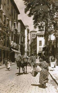 Calle Elvira desde Plaza Nueva...Granada ( Spain)