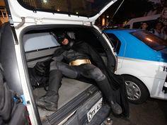 Manifestante vestido de Batman é detido no Centro do Rio. Eron Melo se negou a retirar a máscara e foi levado para delegacia. (Foto: Bruno P...