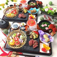 . 今日は1番人気の 手毬寿司とステーキのレッスン . 常連様がお母様とご一緒に . . ❁8種の手毬寿司 ❁赤身肉のステーキ 焼き野菜添え ❁大葉のクルクル磯辺揚げ ❁トマトの二層ムースジュレ ❁豆腐と春菊のお吸い物 ❁フルーツ . 手毬寿司の真ん中はですね、 卵に食紅で色をつけて水玉にしました . ちょっとにじんだけど、 何かお洋服みたいになって これはこれで可愛いねって . . お話し変わりますが、 昨日ですね、息子の従兄弟が産まれたので 急遽 大分に会いに行ってきました . 息子と誕生日が4日違い これから毎年一緒にお祝い出来るし、 1歳違いだから兄弟みたいに 仲良く育ってほしいなーって . これからの事を考えて、 わくわくしてます❤️❤️❤️ . 新生児、可愛すぎて、懐かしくて たぶん毎月大分に通います . . ------------------------------ . Ohana kitchen レッスンの空き状況 . ✴︎5月 満席 . ✴︎6月 マンツーマンレッスン ...