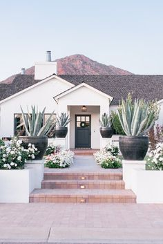 Unique Home Design (And Cute Corners) in Arcadia, Phoenix, Arizona: Round 3 - Love and Specs Unique House Design, Dream Home Design, My Dream Home, Dream Homes, Spanish Style Homes, Spanish House, Modern Exterior, Exterior Design, Style At Home