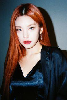 "MPD(엠피디) on Twitter: ""필름카메라로 기록한 3월의 추억📸 4월에도 쭈욱 엠투와 함께해요❣ #3월의엠투 #M2film #ArtistOfTheMonth #예지 #YEJI #ITZY #있지 @ITZYofficial… "" Kpop Girl Groups, Korean Girl Groups, Kpop Girls, South Korean Girls, New Hair, Photography Poses, My Girl, Thing 1, Singer"