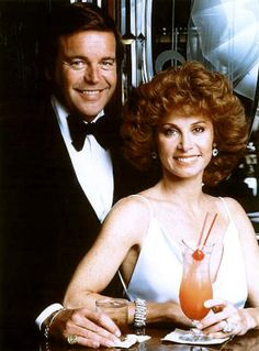 Hart to Hart Hart to Hart is an American television series, starring Robert Wagner and Stefanie Powers as Jonathan and Jennifer Hart, a wealthy couple who also moonlighted as amateur detectives. It ran from 1979 to 1984 on the ABC Television Network. 80 Tv Shows, Old Shows, Great Tv Shows, Movies And Tv Shows, Christopher Eccleston, Brad Pitt, Mejores Series Tv, Eliza Taylor, Vintage Tv