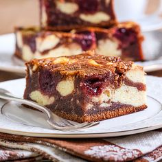 Saftige Low Carb Cheesecake-Brownies mit Kirschen