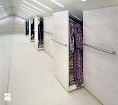 Aranżacje wnętrz - Garderoba: garderoba - szafy w skosie dachu - Metropolis2…