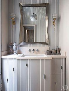 Хозяйская ванная. Сантехника, Duravit; бра подизайну Феликса Агостини; шкаф с зеркальной дверцей в серебряной раме по дизайну Жан‑Луи Денио.