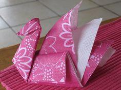 Très facile à réaliser, vous pouvez plier les serviettes en papier ainsi ou juste vous en servir pour décorer la table. Effet garanti! Suivez les explications ci-dessous : Toilet Paper Origami, Fabric Origami, Paper Napkin Folding, Paper Napkins, Paper Crafts, Diy Crafts, Projects To Try, Table Decorations, Blog