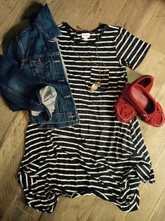 LuLaRoe Carly swing dress with a jean jacket and moccasins! Lula Outfits, Modest Outfits, Fashion Outfits, Modest Fashion, Lularoe Carly Dress, New Wardrobe, What To Wear, Fashion Looks, Stylish