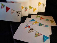 Vlaggetjes van inpakpapier of decopapier eventueel geknipt met een kartelschaar