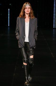 Неделя моды в Париже: рок-звезда в стиле Saint Laurent. Фото