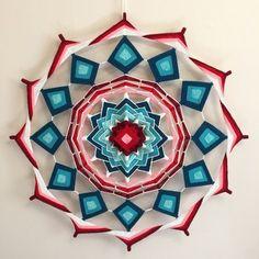 Mansalas Weaving Projects, Weaving Art, Hand Weaving, Mandala Yarn, Mandala Dots, Crochet Crafts, Yarn Crafts, God's Eye Craft, Dream Catcher Tutorial