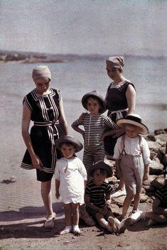 Les cousins Lumière en baigneurs à la Ciotat, en 1913 // Group portrait of the Lumiére cousins at the beach | Plaque Autochrome Lumière © Institut Lumière