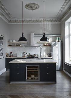 Küche im Altbau, Industry meets Klassik, schwarz weiß