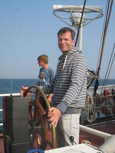 Implico Mitarbeiter steuert das Segelschiff