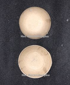 Deze bolle circelvormige kartonnen kopdeksel heeft u nodig om het gat aan de bovenkant van het hoofd van een (replica) antieke pop af te sluiten. Verkrijgbaar in verschillende maten. Om, Paper Board, Corning Glass