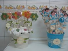 Galletas de comunión y brochetas de gominola.