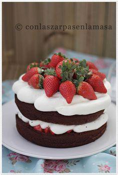 Tarta de chocolate y fresas (con frosting de nata y queso)