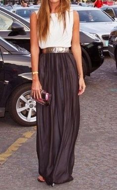 Maxi skirt with a white shirt and a statement belt