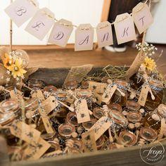 Bruiloft bedankjes   Honing 'Fijn dat je er bij was'   Jute en kant bruiloft   http://www.trouwfotografiefreya.nl/real-weddings/jute-en-kant-bruiloft/   burlap and lace DIY bride wedding styling   Thank you gifts
