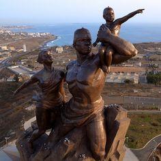 Monumento al Renacimiento Africano - ¿Símbolo de magnificencia o locura colosal? -  #África #EstadosUnidos #LosMonumentos #RenacimientoAfricano #Senegal #Senegal Más en http://viajerosdelmisterio.es/monumento-al-renacimiento-africano/