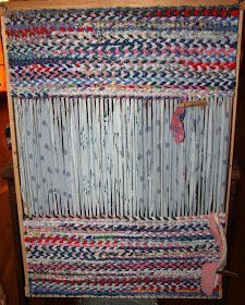 The Country Farm Home: Rag Rugs: A Delta Folk Art Instructions for weaving a rag rug Rug Loom, Loom Weaving, Finger Weaving, Loom Knit, Fabric Crafts, Sewing Crafts, Scrap Fabric, Buy Fabric, Tapetes Diy