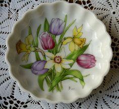 Mit Liebe für Shabby  Kleiner Teller mit wunderschönem Frühlingsblumenmuster, signiert J.F. - eine echte Rarität!  Design Made in W.-Germany (unter...